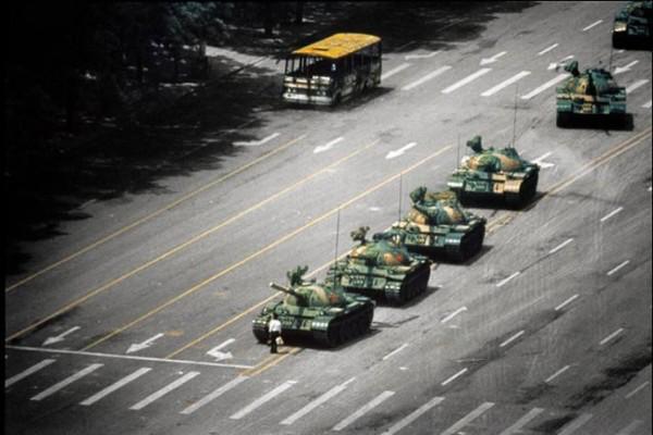 Un chinois se tien face à la colone de chars lors de l'insurrection de la place Tian'anmen en 1989