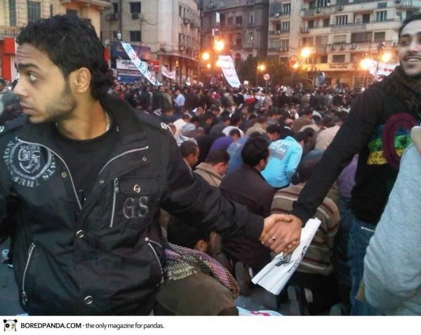 2011, au Caire, des chrétiens forment une ronde pour protéger les musulmans dans leurs prières