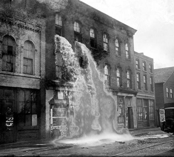 1929 : A Détroit, l'alcool illégal est détruit (période de prohibition)