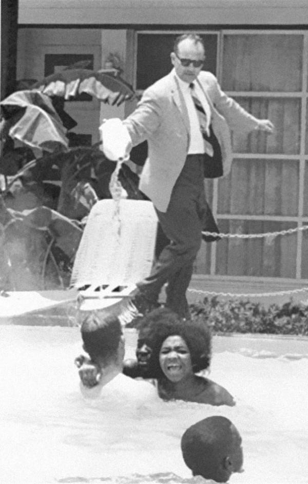 1964 : Un directeur qui jette de l'acide dans sa piscine car des personnes de couleur y nagent.