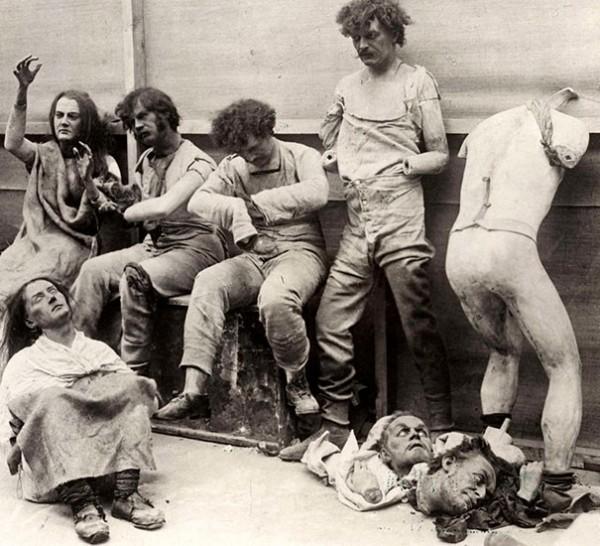 1930 : Les mannequins fondus du musée Madame Tussaud à Londres suite à un incendie