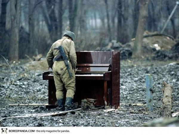 1944, Un soldat russe joue sur un piano abandonné