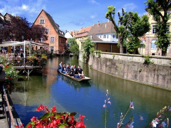 Dans ce petit bateau à Colmar en France