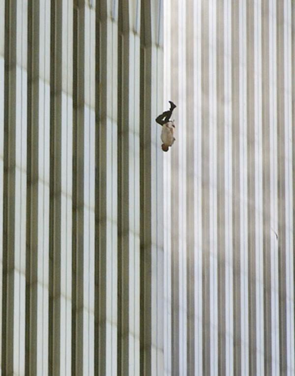 Un homme se jète d'une des deux tours le 11septembre