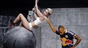 Voter pour Thierry Henry pousse Miley Cyrus dans son clip