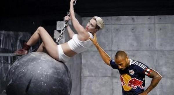 Thierry Henry pousse Miley Cyrus dans son clip