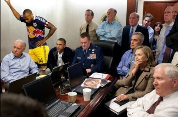 Thierry Henry passait par là, et en profite pour dépanner Obama