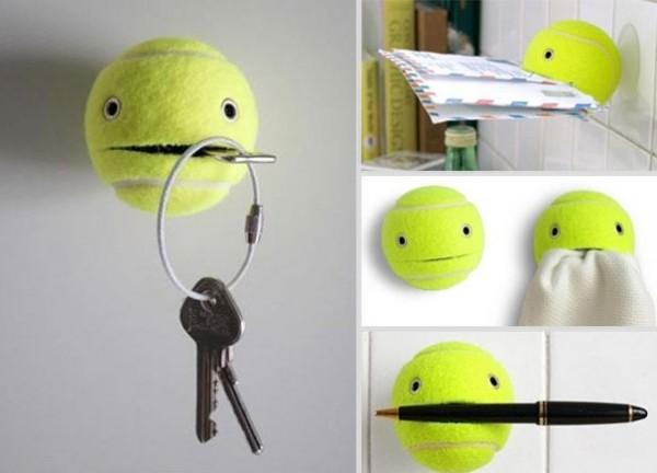 Une balle de tennis et une ventouse pour ranger ses affaires