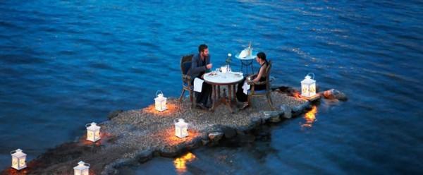 Sur cette minuscule péninsule pour un diner romantique en Grèce