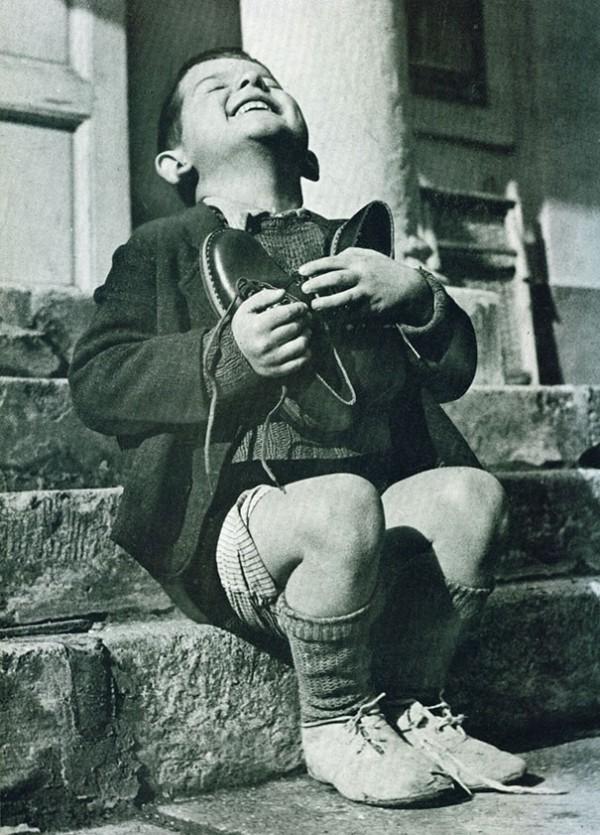 Seconde guerre mondiale : Un petit Autrichien reçoit de nouvelles chaussures