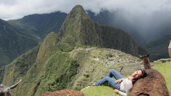 Contre un lama au-dessus du Machu Picchu
