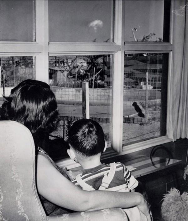 1953 : Un maman et son fils regarde un champignon atomique suite à un test à Vegas