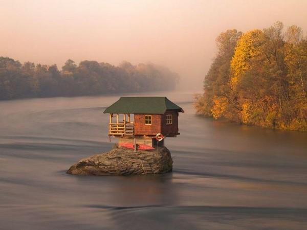 Une maison posée en équilibre sur un rocher en Serbie