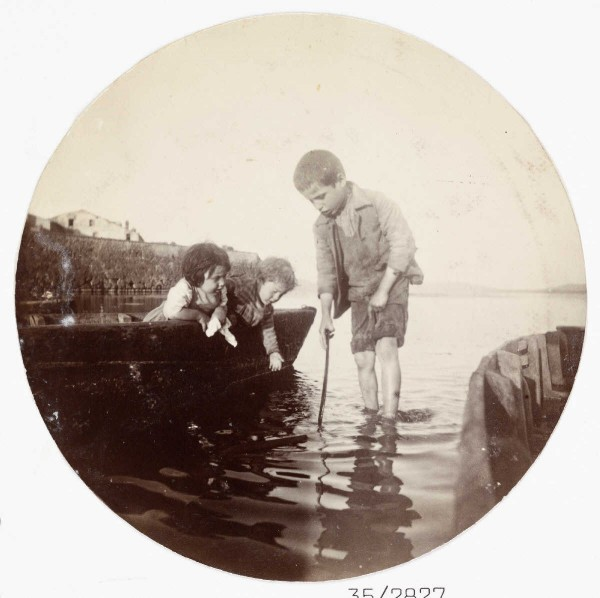 des enfants qui s'amuse à la mer