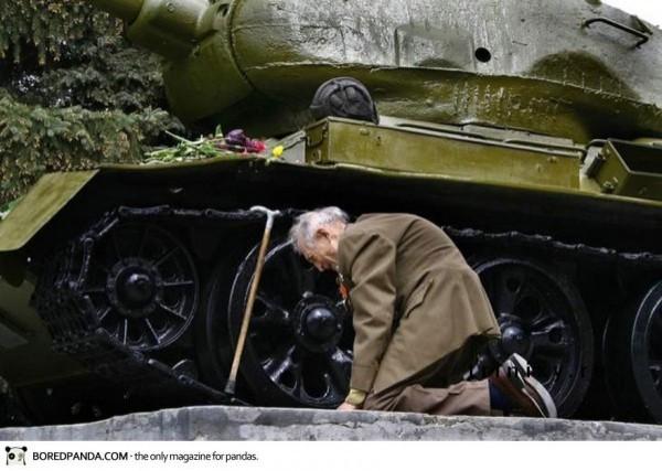 Un vétéran Russe qui retrouve le char dans lequel il à servis durant la guerre