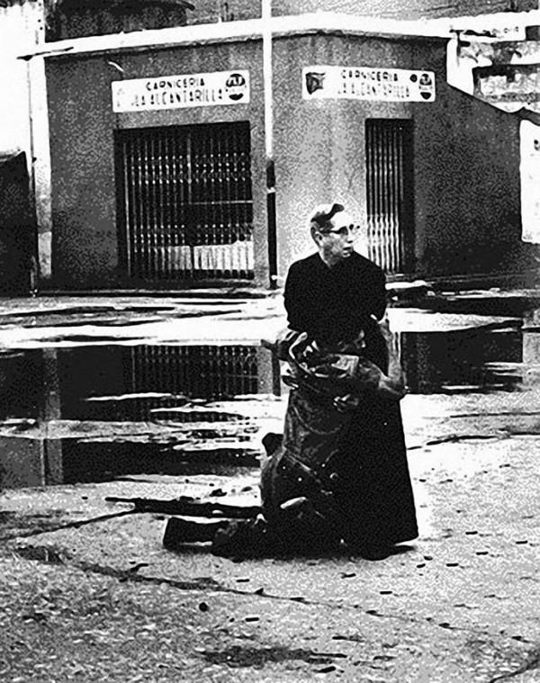 En 1962 au Venezuela, Le prêtre Luis Maria Padilla tente de venir a un soldat blessé qui fin (...)