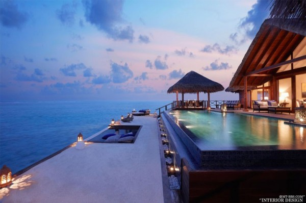 Sur ce canapé au bord de la piscine qui surplombe l'océan