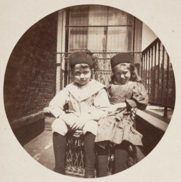 Des enfants sur un balcon