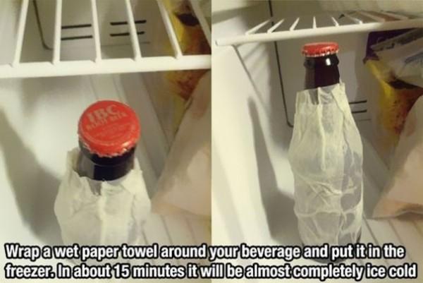 Enrouler une bouteille dans un papier humide pour la refroidir bien plus vite