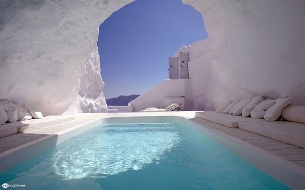 Dans cette piscine troglodyte à Santorin (île grecque)