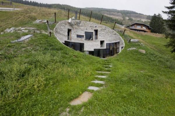 Une maison de Hobbit moderne en Suisse