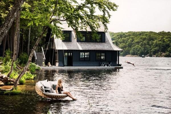 Dans ce canapé suspendu au-dessus de l'eau sur Dedon Island