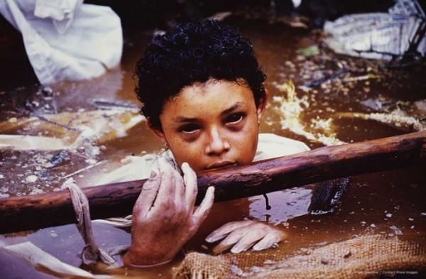 Petite fille dans les décombres d'Armero, la ville détruite par l'éruption du volcan Nevado (...)