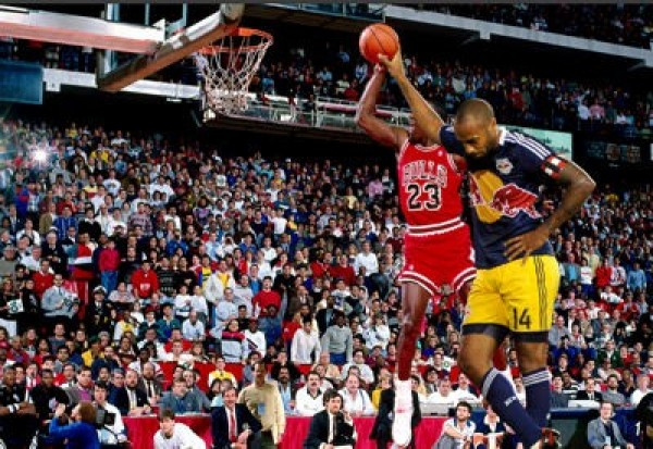 Thierry Henry contre, sans effort, un dunk de Michael Jordan..