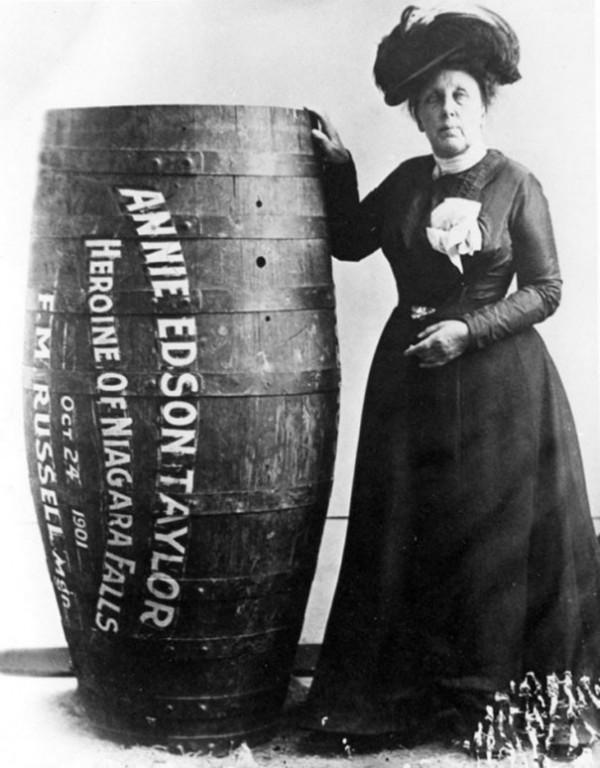 1901 : Annie Edison Taylor est la première à survivre à aux chutes du Niagara dans un tonneau