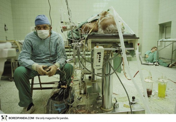 Un chirugien après une opération à coeur ouvert de 23H