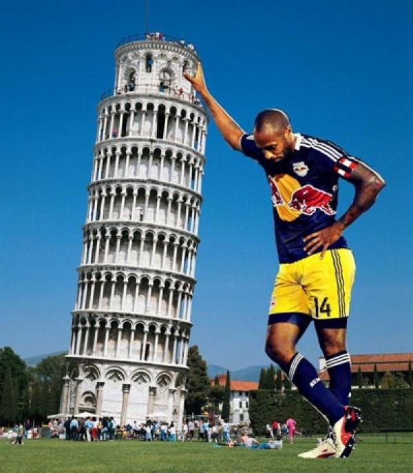 Thierry Henry soutient d'une main la Tour de Pise (si ça peut aider...)