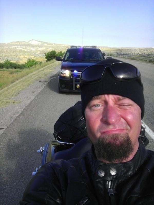 Ne pas remarquer les flics derrière soi