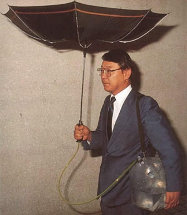 Le parapluie retourné relié à un bidon