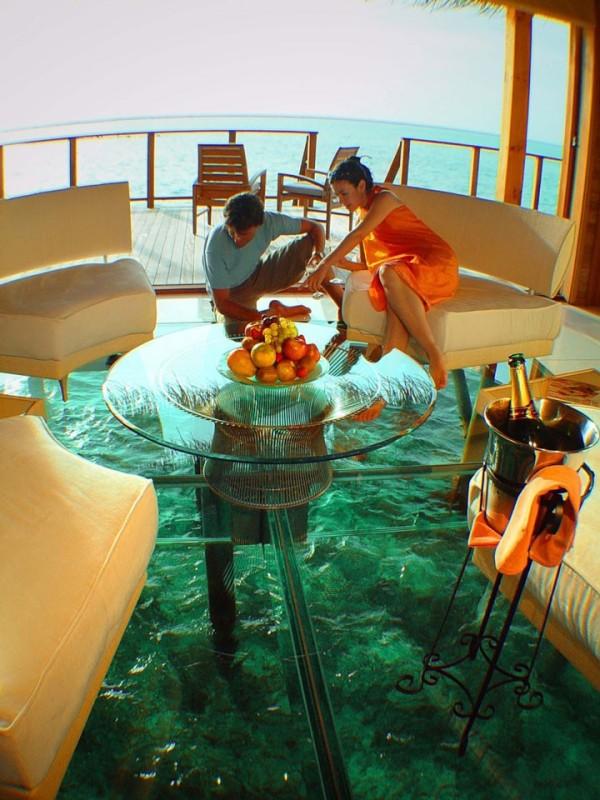 Dans ce bungalow au milieu de l'océan avec son parterre de verre aux Maldives