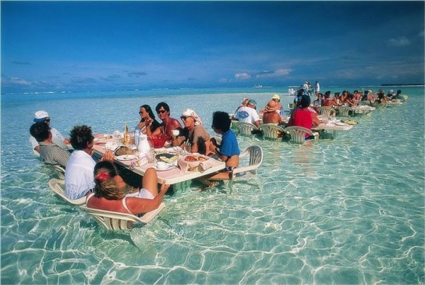 A une table de ce restaurant aquatique à Bora Bora