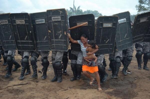 2009, un peuple se fait chasser de ses terres au brésil, cette femme essaye de résister