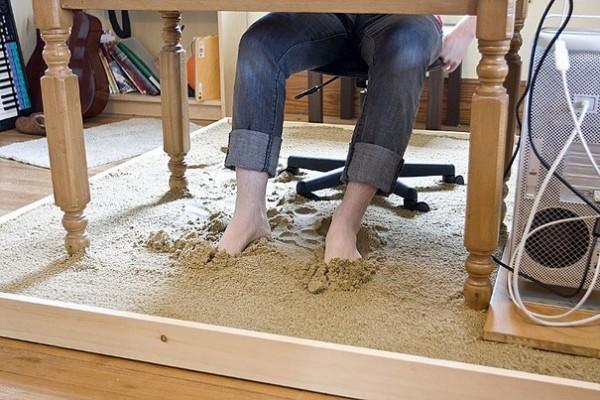 Le sable sous le bureau