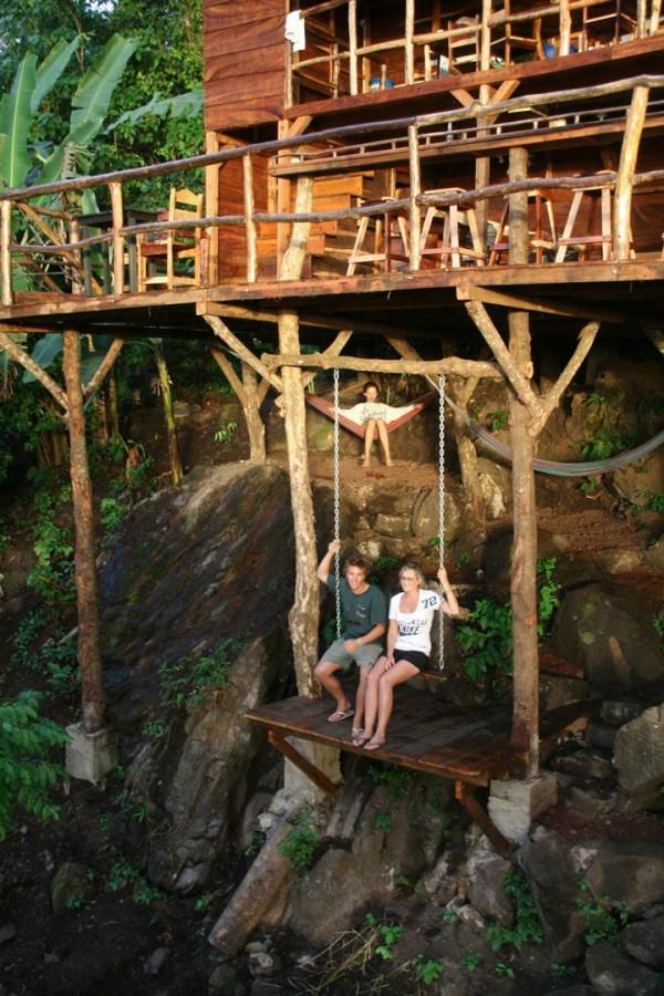 Sur la balançoire d'une maison-arbre au Nicaragua