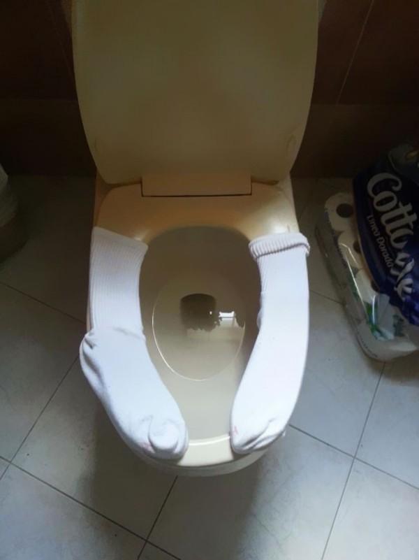 Protéger la toilette avec deux chaussettes