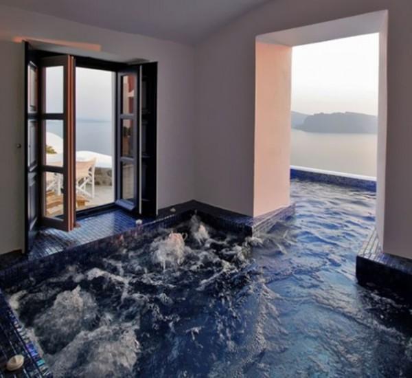 La piscine intérieure et extérieure