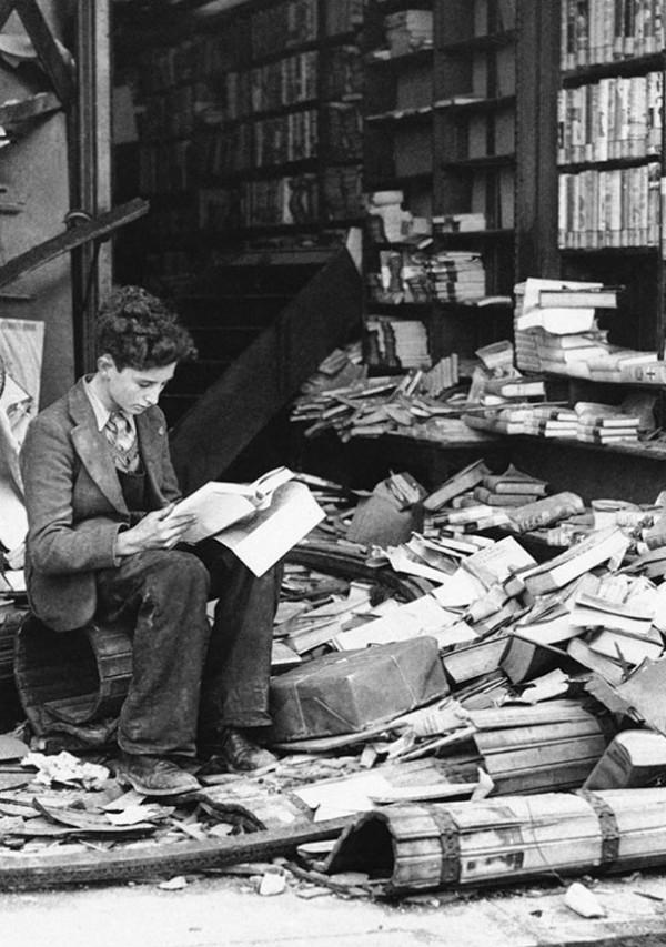 1940 : Une librairie de Londres détruite par un raid aérien