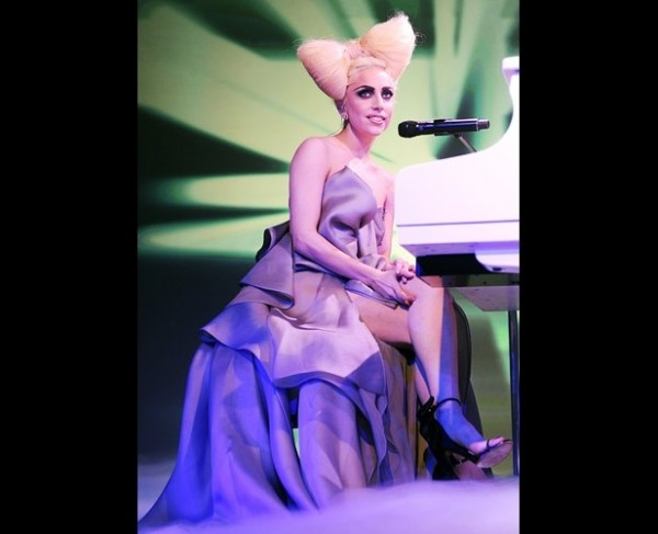Lady gaga 's eccentric hair bow