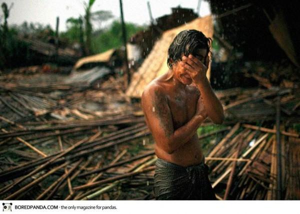 Mai 2008, un jeune Birman dévasté apres que l'ouragan Nargis ai dévasté tout son village