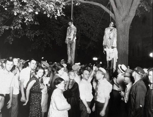 1930, deux jeunes noirs sont pendus, accusés d'avoir violés une jeune blanche