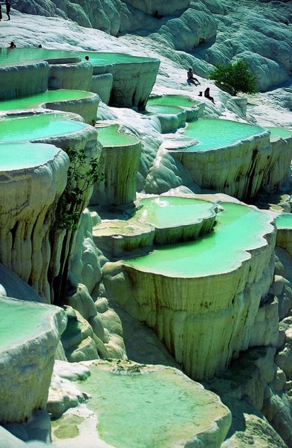 Dans une piscine naturelle à même la roche à Pamukke en Turquie