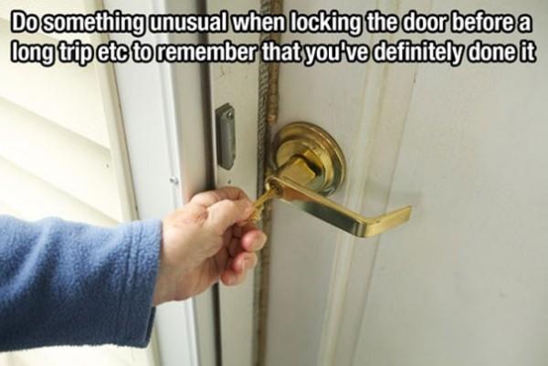 Faire quelque chose de non habituel en fermant la porte pour ne pas oublier