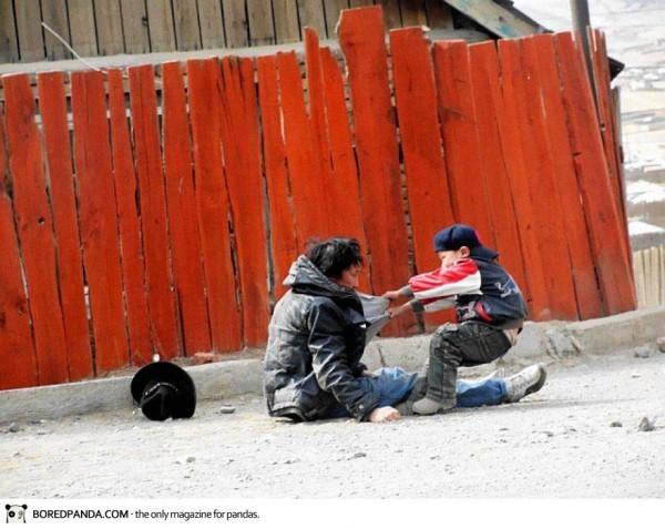 Un enfant et son père alcoolique