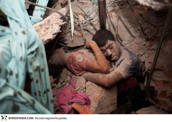 Deux victimes de l'effondrement d'une usine de textile au Bangladesh