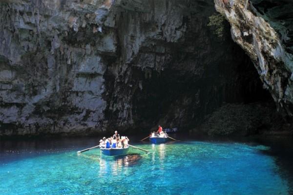 Dans une barque à l'intérieur d'une grotte à Céphalonie en Grèce