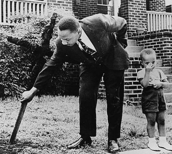 1960 : Martin Luther King avec son fils retirant une croix brûlée de son jardin